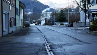 Der Förstlenweg muss wegen Wasserleitungsbrüchen, Belagssenkungen sowie Randausbrüchen saniert werden.