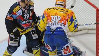Guggisberg (rechts) scheitert an Kloten-Goalie Rueger