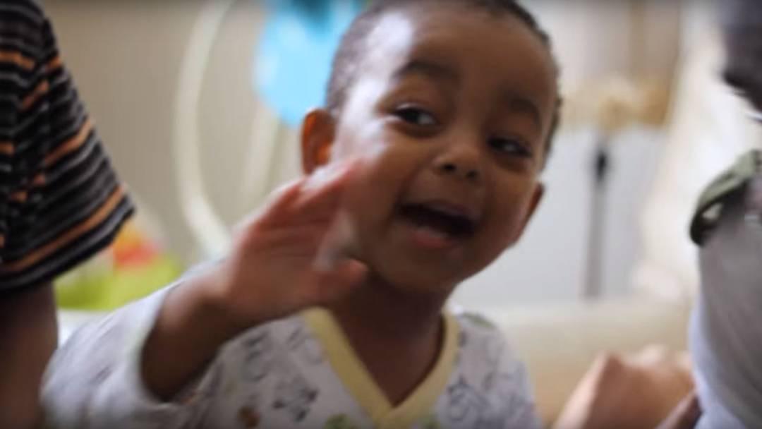 2011: Der zweijährige Khaliyl Iloyi rappt ohne Worte mit der britischen Hip-Hop-Künstler Alim Kamara.