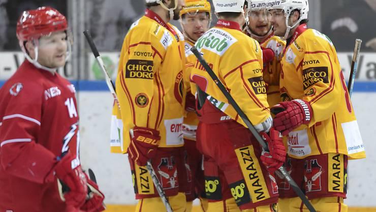 Die SCL Tigers jubeln nach ihrem Auswärtssieg in Lausanne
