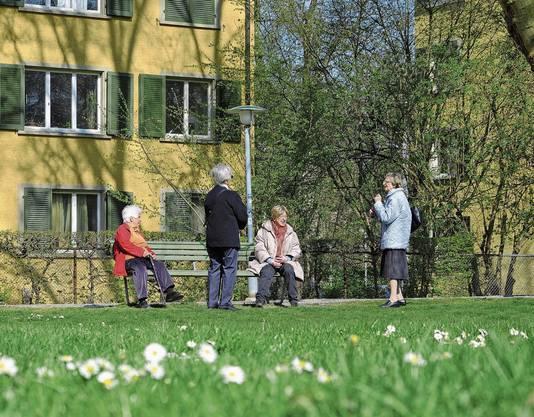 Seniorinnen mit Sicherheitsabstand in Zürich.