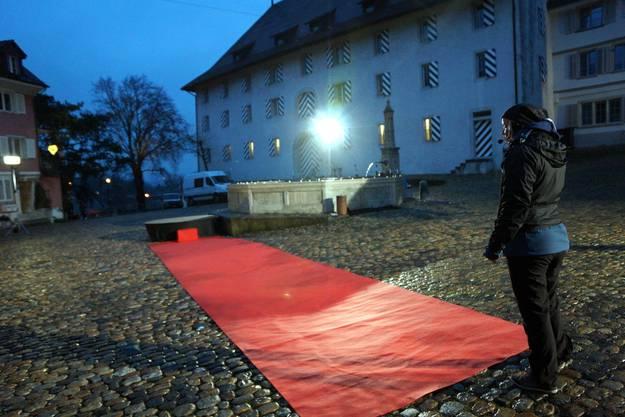 Über diesen roten Teppich in der unteren Hofstatt wird Laura in wenigen Momenten schreiten