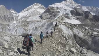Abfall und Leichen: Sherpas haben am Mount Everest beim Müllsammeln menschliche Überreste gefunden. (Archivbild)