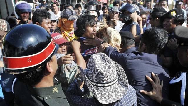 Anwohner der Vororte Bangkoks lassen ihrem Zorn freien Lauf