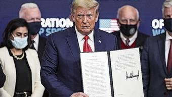 Donald Trump unterzeichnet gerne Dinge, meistens.