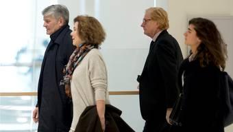 Die angeklagten UBS-Manager Raoul Weil (links) mit seiner Frau und Patrick de Fayet, ebenfalls mit seiner Frau, gestern auf dem Weg in den Gerichtssaal. Michel Euler/AP/Keystone