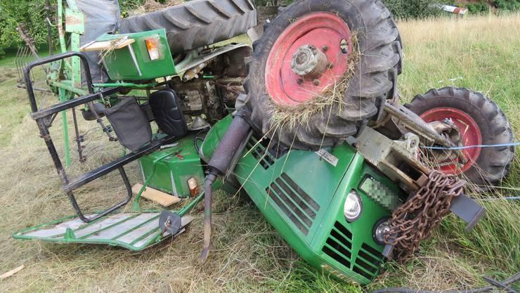 Der Traktor kam vermutlich wegen des trockenen Heugrases ins Rutschen.