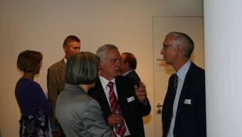 Raiffeisen-Leute unter sich: Heinrich Forster (Mitte) im Gespräch mit Thomas Blunschi (rechts). (lp)