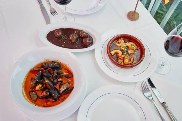Zu den Spezialitäten von Manuel Varela gehören Tapas: Die Mejillones, also die Miesmuscheln im Tomaten-Weisswein-Sud, die Crevetten mit viel Knoblauch und die Fleischbällchen in Rotweinsauce schmecken hervorragend.