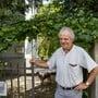 Werner Geissmann pflegt seinen Naturgarten und engagiert sich für den Naturschutz.