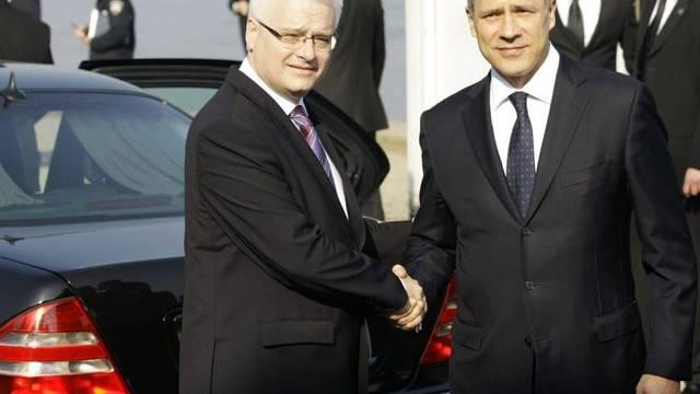 Kroatiens Präsident Ivo Josipovic (links) empfängt Boris Tadic in Vukovar