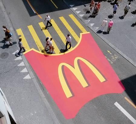 Bei McDonalds sind die gelben Streifen plötzlich Pommes Frites ...