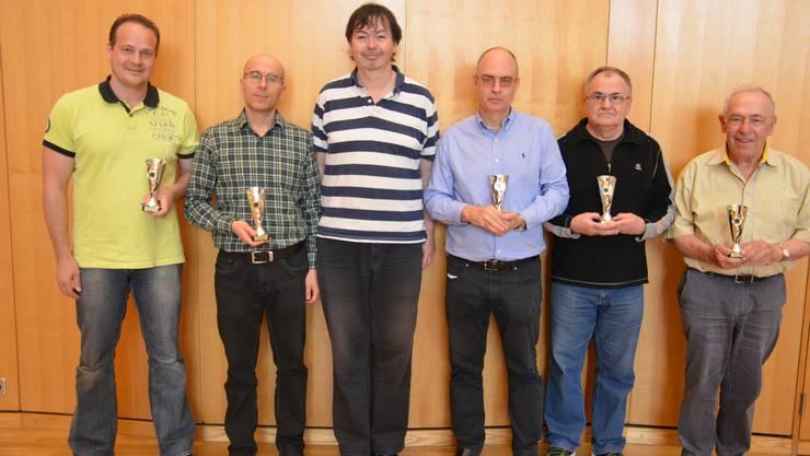 Die Sieger des Bundesturniers in Münchenstein (von links): Daniel Frey (HT III), GM Mihajlo Stojanovic (HT I), GM Joe Gallagher (Bundesmeister), Carlos Amado-Blanco (HT II), Zoran Bojic (Senioren I), Hans Mink (Senioren II).
