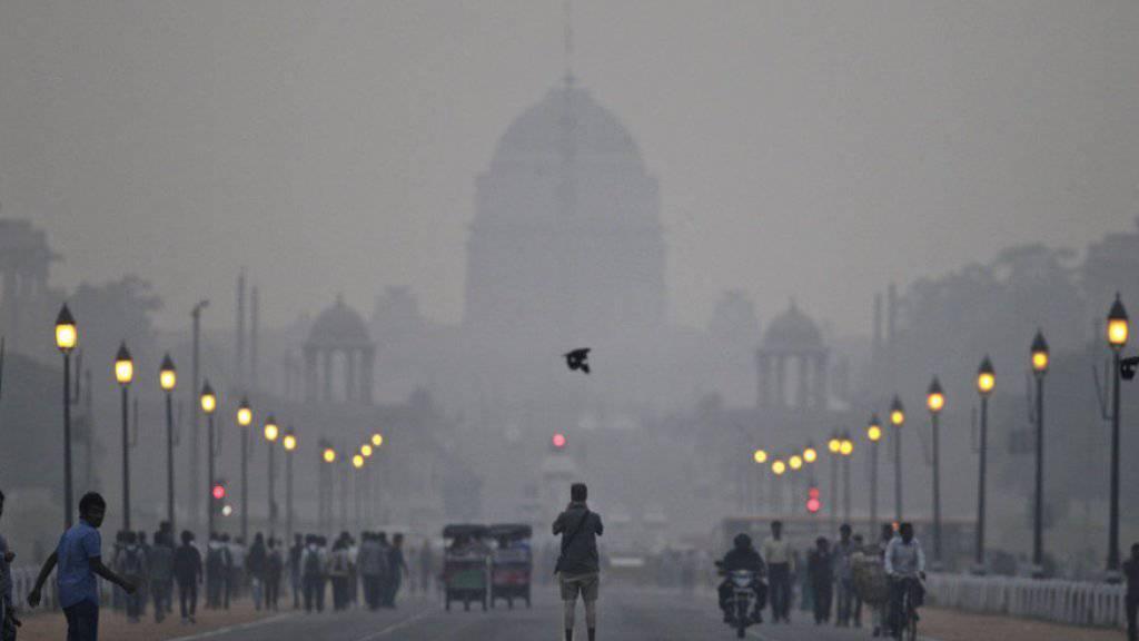 Der Präsidentenpalast in Neu Delhi im dicken Smog. Eine Mischung aus Nebel, Russ und Abgasen hüllt die indische Hauptstadt seit Tagen ein. (Archiv)