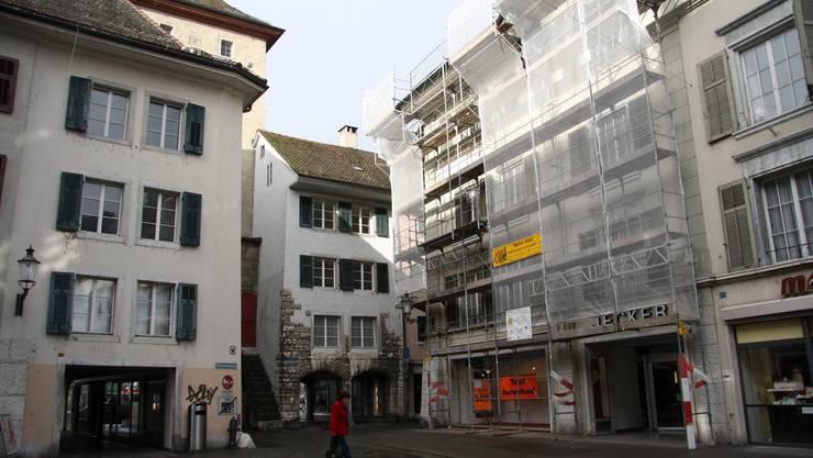 Die Jecker AG zieht aus dem eingerüsteten Haus aus, die Bayard Wartmann AG kommt nach der Sanierung.
