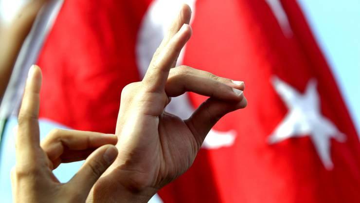 Der Wolfsgruss ist das Symbol der rechtsextremen türkischen Bewegung.
