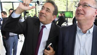 FDP-Staatsrat Pascal Broulis (links) und SP- Pierre-Yves Maillard beobachten gespannt ihr Kopf-an-Kopf-Rennen.