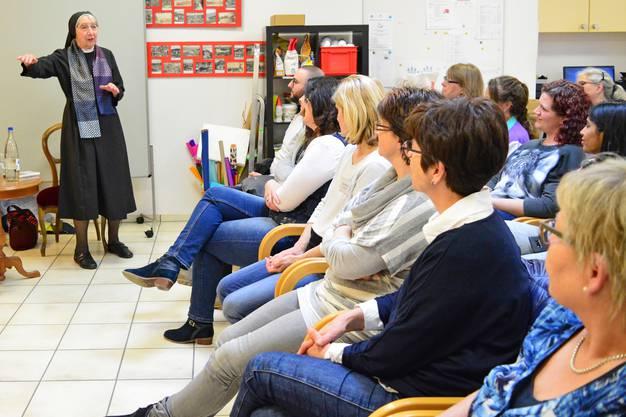 Fasziniert lauschen die Anwesenden im Altersheim Obere Mühle den Ausführungen von Schwester Liliane Juchli.