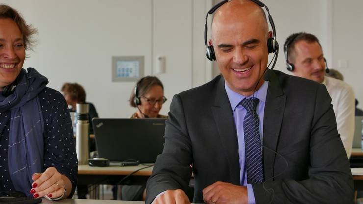 Bundespräsident Alain Berset nimmt in der Glückskette-Sammelzentrale Spendentelefone entgegen.