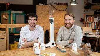 Simon Oschwald (links) und Fabian Engel wollen «Circleg» über Hilfswerke in Entwicklungsländer vertreiben.