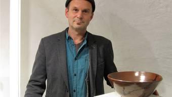André Fasolin mit einer Schüssel aus Thaler Ton. Walter Schmid