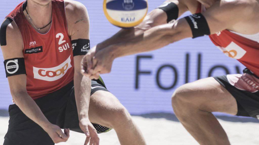 Adrian Heidrich (am Ball) und Mirco Gerson sind mit einem Zweisatzsieg in die Beachvolleyball-WM in Hamburg gestartet