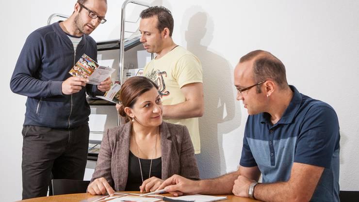 Sie übernehmen die Beratungsstelle in Reinach: Burbuqe Ibishi, Nikolla Gjolleshaj (vorne) und Martin Qunaj und Jozef Perkola (hinten rechts). psi