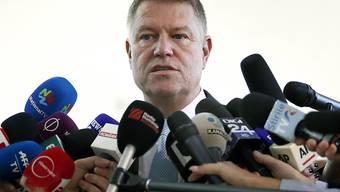 Bei der Präsidentschaftswahl in Rumänien hat Amtsinhaber Klaus Iohannis laut Prognosen mit klarem Vorsprung gewonnen.