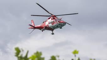 Die Velofahrerin verletzte sich beim Aufprall so schwer, dass sie mit einem Rettungshelikopter ins Spital geflogen werden musste. (Symbolbild)