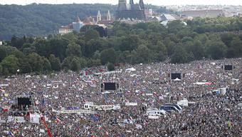 Hunderttausende Tschechen demonstrieren in Prag gegen die Regierung.