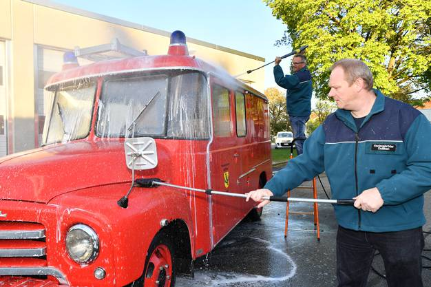 Die Vereinsmitglieder nennen ihr altes Feuerwehrauto liebevoll «Grosi».