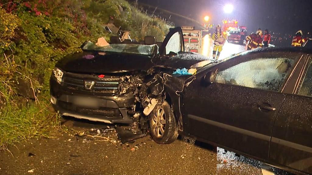 Junglenker gerät auf Gegenfahrbahn: Frontal-Crash mit mehreren Verletzten