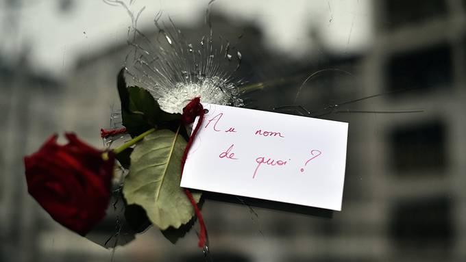 In wessen Namen? Eine Rose in einem Einschussloch in einem japanischen Restaurant in Paris.