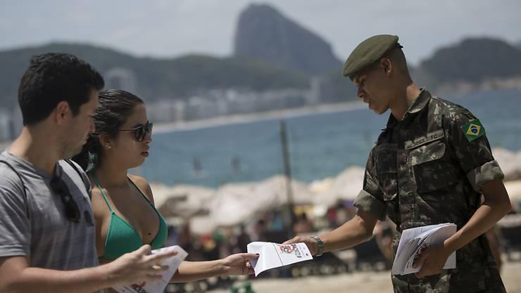 Armeeangehörige klären die Bevölkerung Brasiliens über das Zika-Virus auf.