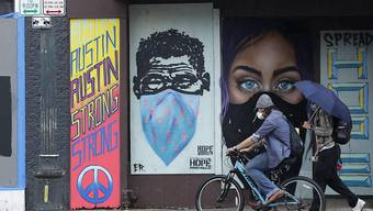 Texas will Anti-Corona-Massnahmen lockern: Strassenszene mit einem Coronavirus-inspirierten Grafitti in Austin.