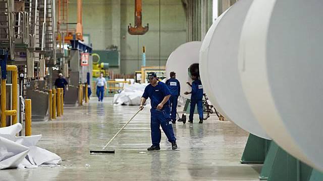 Arbeiter in der Produktionsanlage der Papierfabrik Sappi in Biberist