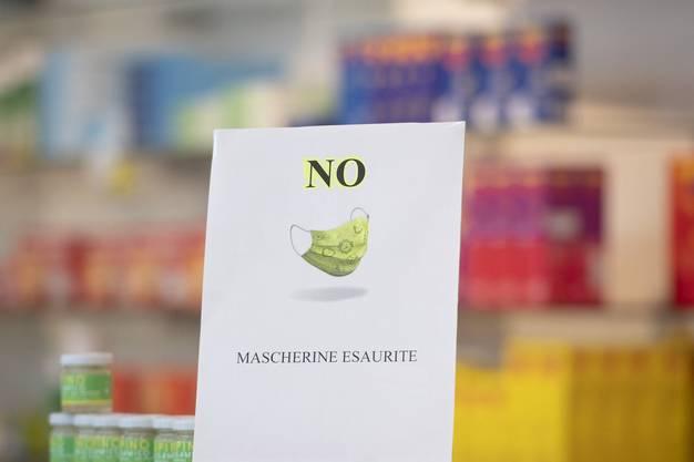 Nicht nur Lebensmittel werden «gehamstert», sondern auch Desinfektionsmittel und Masken. Ein Schild in einer Apotheke in Chiasso weist darauf hin, dass keine Schutzmasken mehr erhältlich sind.
