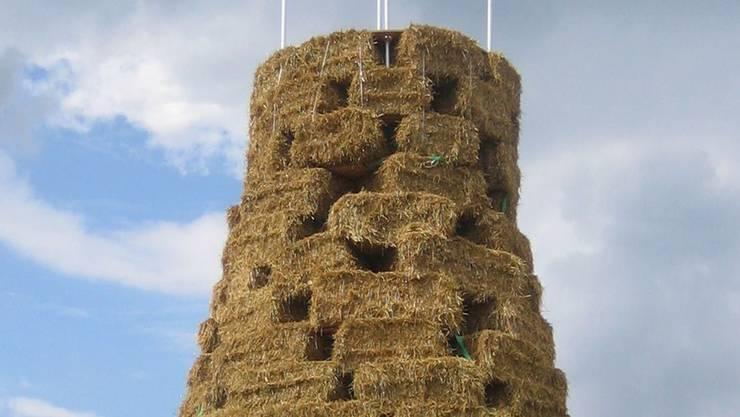 Kein einfaches Unterfangen, aus rechteckigen Strohballen einen runden Turm zu bauen.