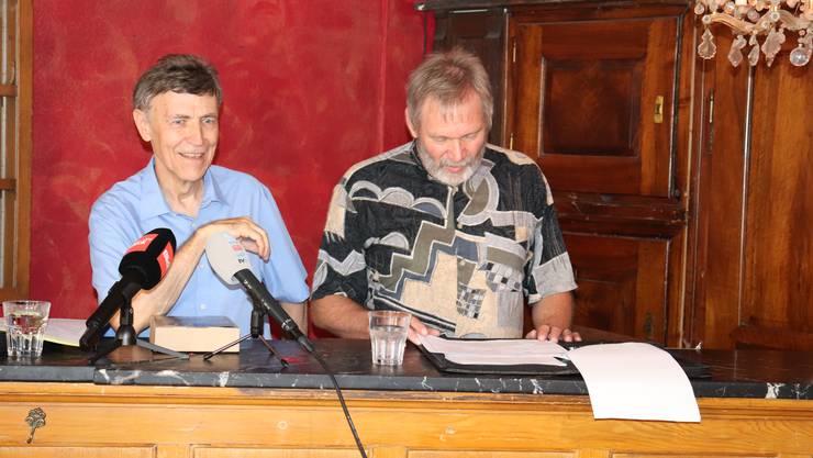 Luzi Stamm an der Pressekonferenz im Theatro Palino, neben ihm sein Freund und Helfer Beat Jäger.