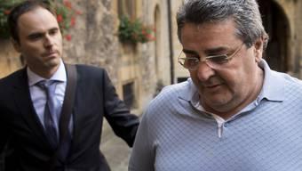 Im Berufungsprozess um die Pleite des FC Neuchâtel Xamax erschien Bulat Tschagajews Anwalt Dimitri Iafaev (links) ohne seinen Mandanten. Nach dem Kauf des Clubs durch den tschetschenischen Geschäftsmann war Xamax innerhalb von nur acht Monaten Konkurs gegangen. (Archivbild)