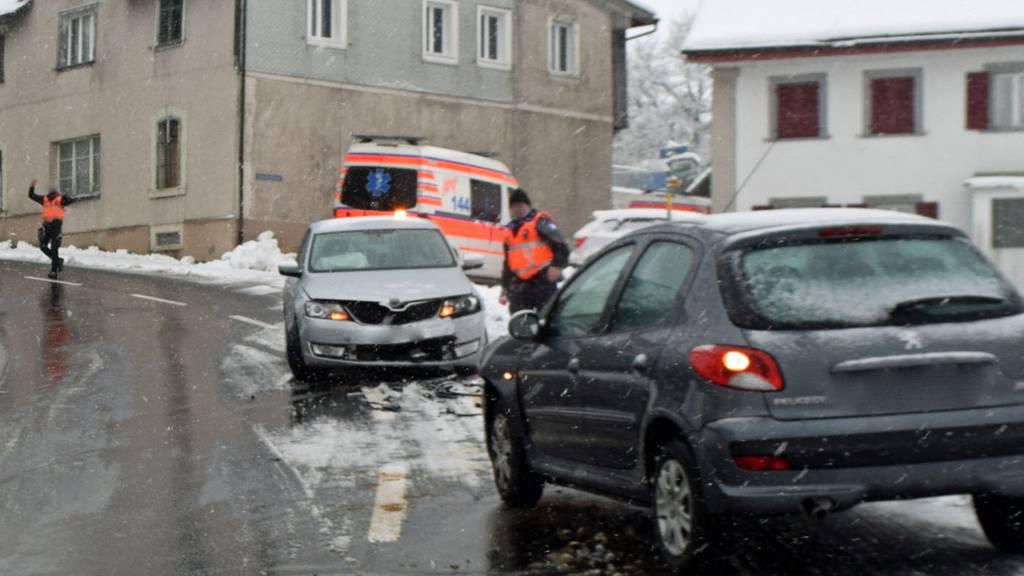 Auto gerät auf Gegenfahrbahn und verursacht Kollision