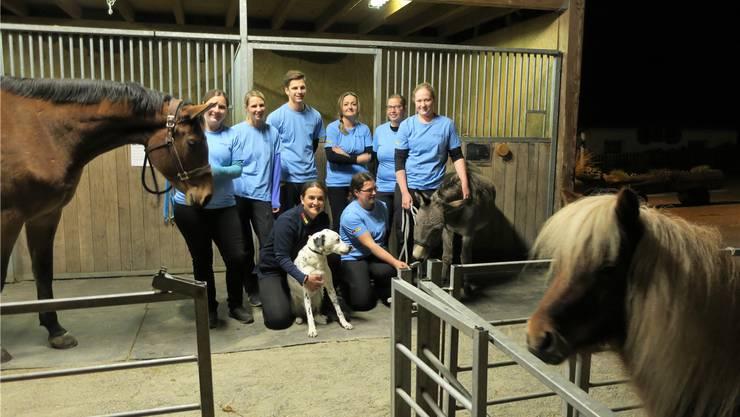 Tierklinik-Geschäftsführerin Sanja Leuenberger (mit Hund) und ihre Praxisgehilfinnen bereiten «tierische Weihnachten».
