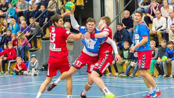 Stand auch schon gegen Endingen im Einsatz: Marius Moser (Mitte, im Dress des SC Siggenthal) tankt sich durch.