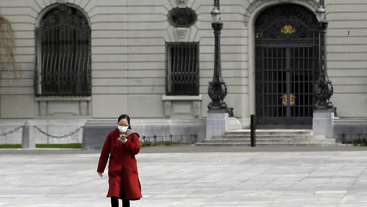 Eine Mehrheit der Schweizer Bevölkerung spricht sich dafür aus, dass im öffentlichen Raum das Tragen von Masken obligatorisch wird. (Archivbild)