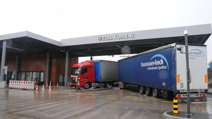 Lastwagen am Grenzübergang Koblenz: Die Sanierung der Grenzbrücke wurde im September 2014 abgeschlossen. Damit kann sie noch 30 Jahre für den Verkehr genutzt werden. Danach braucht es einen Neubau - an dieser oder einer anderen Stelle.
