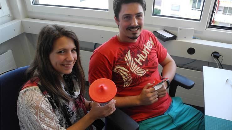 Der erste Wasserfilter weltweit, der mit Nanotechnologie hergestellt wird: Ramona Keller und Michael Loepfe zeigen DrinkPure. Esther Laurencikova
