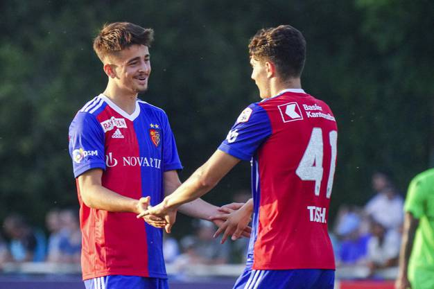 Glückliche Torschützen: Edon Zhegrova und Tician Tushi erzielten zwei der Tore, die zum 5:1-Sieg führten.