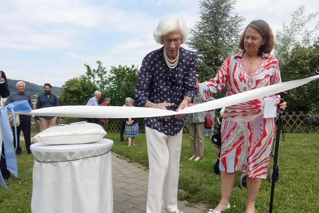 Offizielle Einweihung der Wohlfühloase: Die grosszügige Spenderin Liliane Fischer-Curti (li) zerschneidet mit einer Schere das Band als Symbol der Eröffnung, begleitet von ihrer Tochter Corinne Fischer.