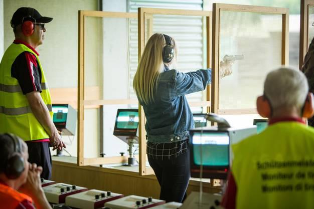 AZ-Redaktorin Nora Güdemann hielt das erste Mal eine Pistole in der Hand – unter Aufsicht der Schützenmeister.