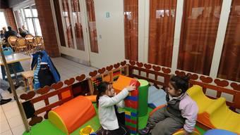 In der Kinderspielecke ist der Rauchgeruch stinkt es besonders nach Rauch.Juri Junkov